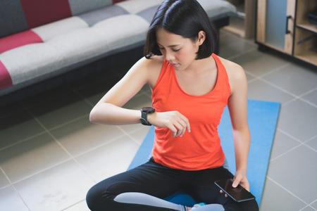 アジアの女性は、彼女が行使した活動をアップロードしています。