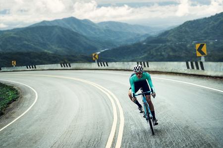 자전거 타는 사람이 자전거를 타고 정상까지 오르고 있습니다.