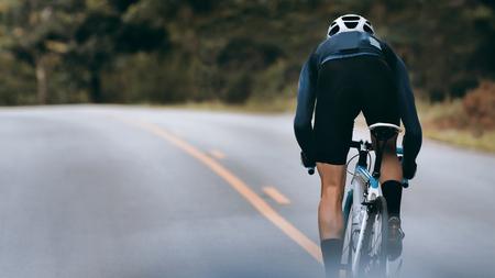 Radfahrer erhöhen Geschwindigkeit durch Sprint.