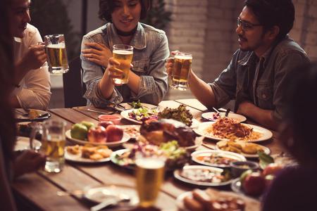Gente asiática disfrutando de su cena