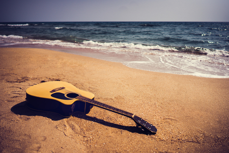 Guitar on the beach In the summer 版權商用圖片 - 97837793