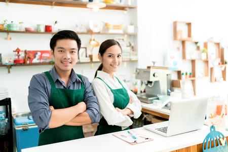 Azjatycki barista robi kawę w swojej restauracji. I mieć własną kawiarnię Zdjęcie Seryjne