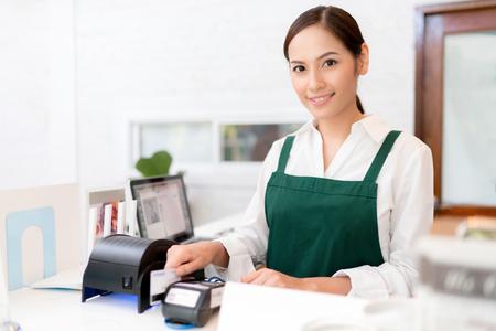 Właściciel Karta kredytowa służy do płacenia za jedzenie i kawę.