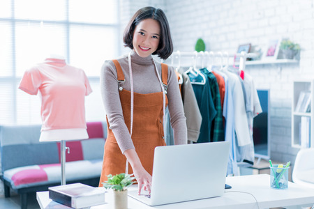 Online verkoop beantwoordt vragen van klanten via hun laptops en doet zaken in haar huis.
