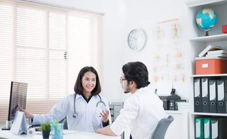 The doctor is explaining to sick patients.She used the results clearly. Stockfoto