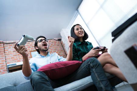 Les amoureux jouent à la maison. Ils savent s'amuser, excités.