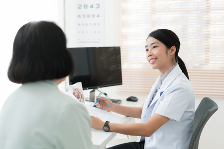 Ärzte überprüfen die Vorgeschichte älterer Patienten mit einer Krankheit.