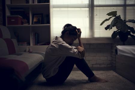 La mujer de negocios está deprimida. Se sentía estresada y sola en la casa.