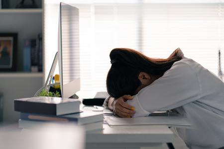 Zakenvrouw ze lag op de tafel, ze was het werken op kantoor beu.