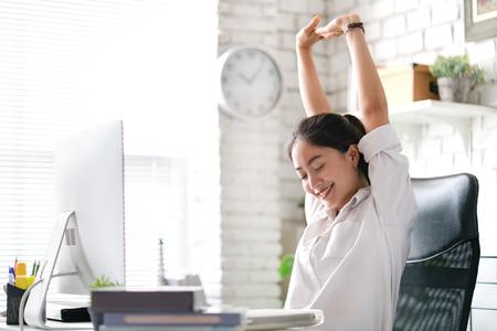Geschäftsfrau Entspannen Sie sich von der Arbeit. Im Büro