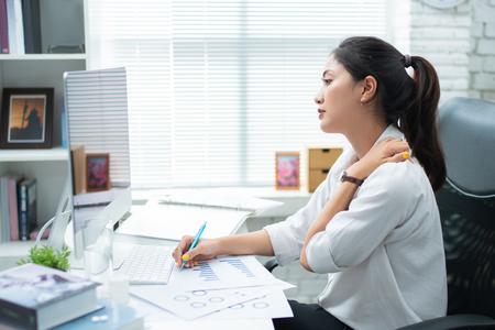 アジアの女性は働くことから痛む 彼女はリラックスしたいと感じた