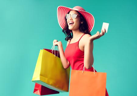 Las mujeres están comprando En el verano, ella usa una tarjeta de crédito y disfruta comprando.