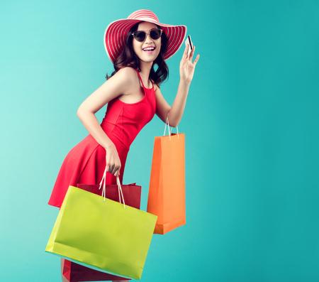 Las mujeres están comprando En el verano, ella usa una tarjeta de crédito y disfruta comprando. Foto de archivo