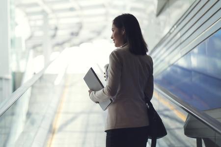 Geschäftsfrau Sie wird morgens in der U-Bahn arbeiten. Und sie isst Kaffee Standard-Bild