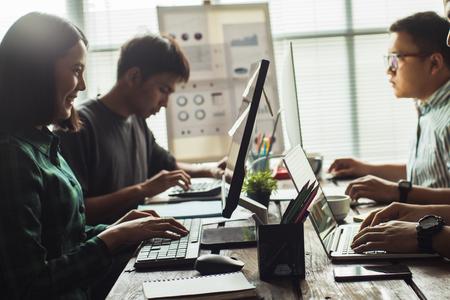 Les Asiatiques travaillent ensemble au bureau. Banque d'images