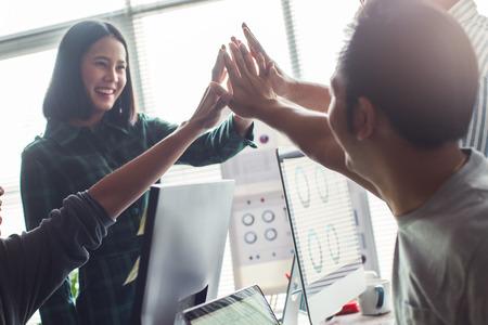 aziatische mensen werken samen op kantoor.