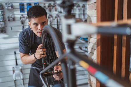 technician repairing bicycle 版權商用圖片