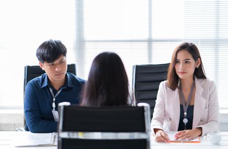 weibliche Bewerberin im Vorstellungsgespräch Standard-Bild