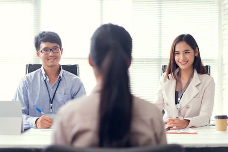 Entrevista de trabajo: reclutador haciendo preguntas