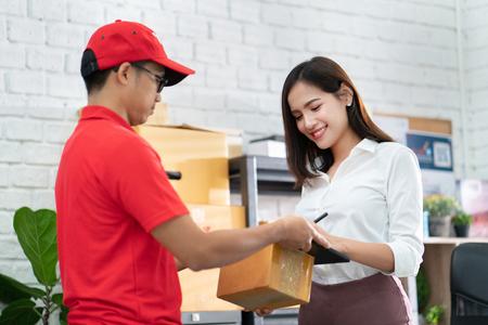 biznesowa kobieta odbierająca paczkę