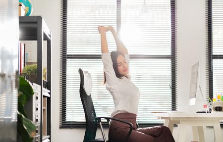 Aziatische werkende vrouw ontspannen van het werk, ze was blij.