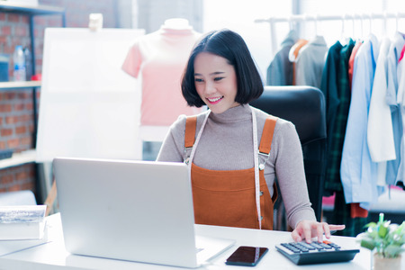 donna che fa affari online