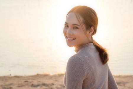 Aziatische zorgeloze vrouw op het strand