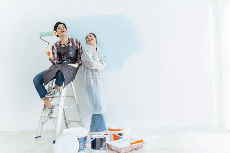 Couples are helping to paint the new house. They are happy. Stockfoto - 128426458