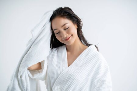 Asian woman   using a dry towel to dry their hair.after showering 스톡 콘텐츠