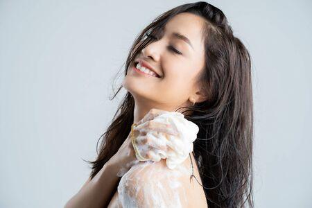 Mujer asiática feliz con la ducha. Concepto de estudio