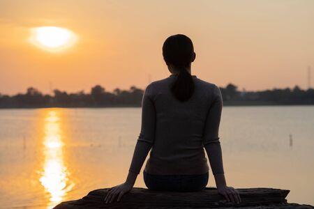 Asian women she felt lonely and alone.silhouette photo Standard-Bild - 129761987