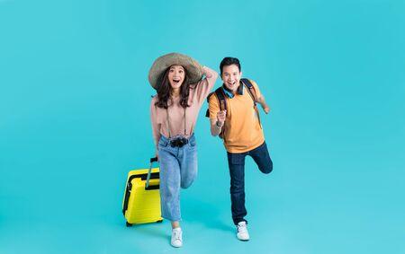 Asiatisches Touristenpaar Sie sind aufgeregt. auf Reisen gehen