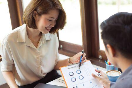 Aziatische zakenlieden bespreken voorstellen voor het vinden van ideeën in coffeeshops. Stockfoto