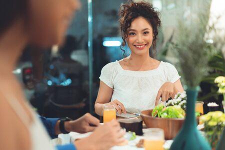 Asiaten essen zu Hause mit Freunden zu Abend, sie reden gerne.