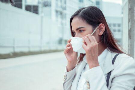 Donna asiatica che va al lavoro. Indossa la maschera N95. Previene polvere e smog PM2.5 PM