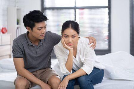 Les amants se réconfortent lorsqu'ils se sentent mal et stressés