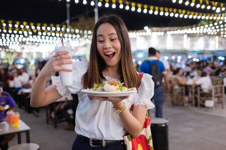 Asian woman tourists eat street food Thailand in the evening Imagens - 132668437