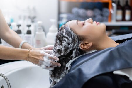 hairstylist is washing customers hair in a beauty salon Zdjęcie Seryjne