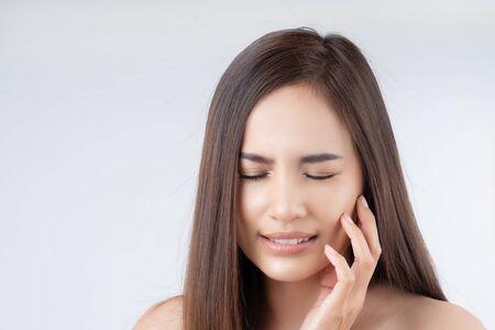 La donna asiatica sta avendo mal di denti Archivio Fotografico