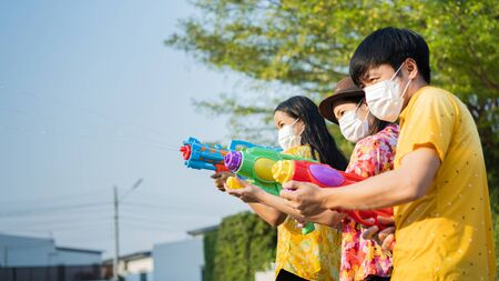 Asian people wear masks to protect against viruses. In the Songkran festival in Thailand in April Banque d'images