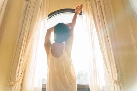 Asian beautiful woman with short hair wakes up early morning 版權商用圖片 - 156019363