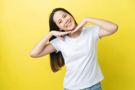 Beautiful asian woman She shows confidence On a yellow background 版權商用圖片 - 156434799