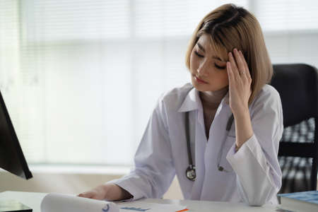 Beautiful Asian doctor, she is stressed Banque d'images