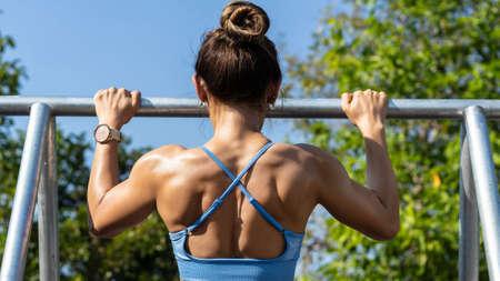 Asian woman exercises outdoors 版權商用圖片