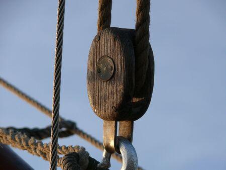 einrollen: echte Holz-Segelschiff