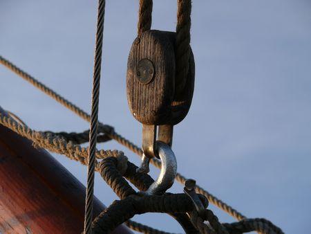 einrollen: Holz-Block auf einem Segelschiff  Lizenzfreie Bilder