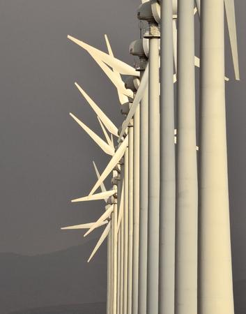 alineaci�n: Parque e�lico con molinos en perfecta alineaci�n Foto de archivo