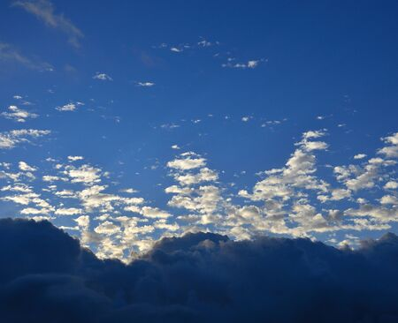 Dawn with intense blue sky and clouds of peculiar shapes Imagens