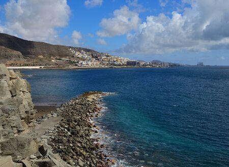 Paysage côtier avec mer d'un bleu intense, ville et ciel avec nuages, Las Palmas de Gran Canaria, Îles Canaries