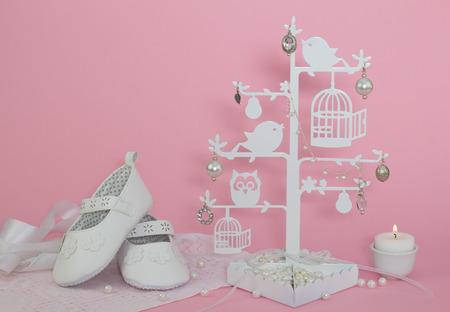 Baby Schuhe, Kerzen und Perlen rosa Einladung Hintergrund
